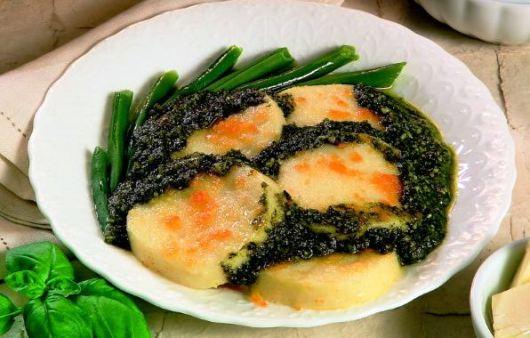 Gnocchi di semolino con salsa di basilico