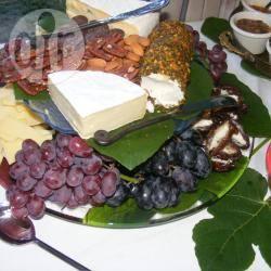 Assortimento di formaggi, frutta fresca e frutta in guscio