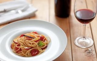 Ricetta spaghetti con pomodori infornati e pesche gialle