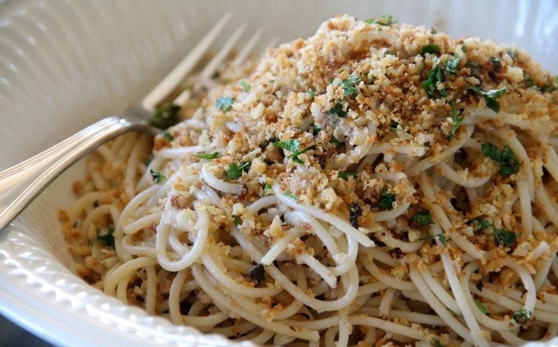 Spaghetti con acciughe e mollica