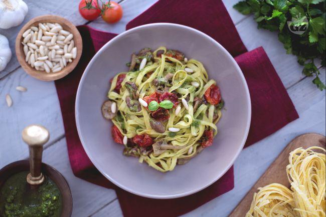 Ricetta tagliatelle con pomodorini confit, chiodini e pesto