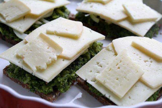 Ricetta bruschette di pane di segale con broccoli e formaggio ...