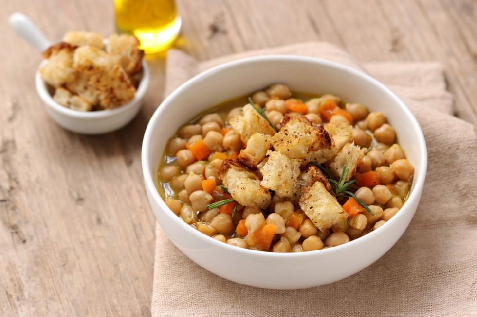 Ricetta zuppa di ceci e cipollotti con crostini di pane all'olio ...