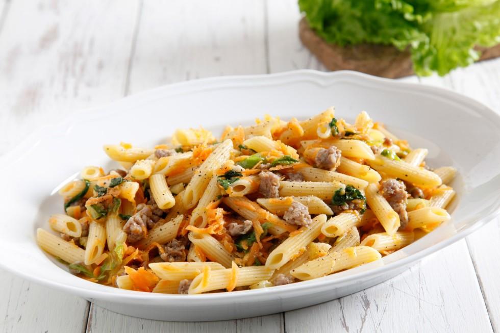 Ricetta penne con briciole di salsiccia e insalata riccia