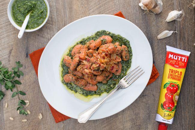 Ricetta gnocchi rossi al pesto di maggiorana e pancetta