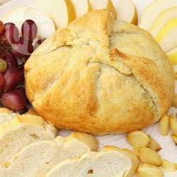 Brie in crosta con mele e cipolle caramellate