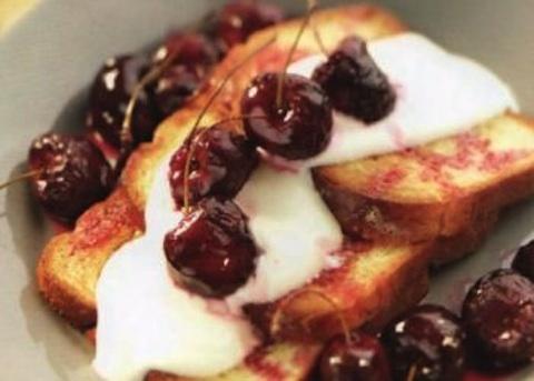 Pan brioche con ciliegie glassate e yogurt