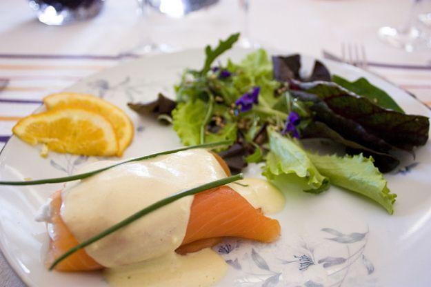 Ricetta salmone affumicato con uova in camicia