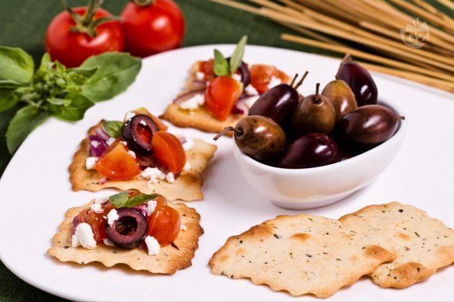 Ricetta sfoglie alle olive con pomodoro e briciole di feta