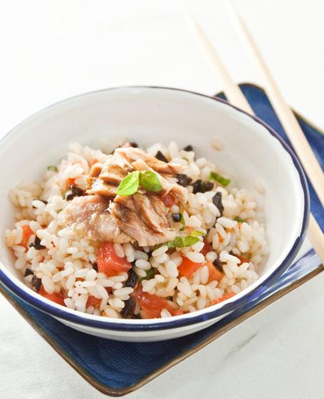 Insalata di riso con tonno fresco, pomodori pachino, olive ...