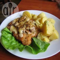 Petto di pollo fritto con formaggio e funghi