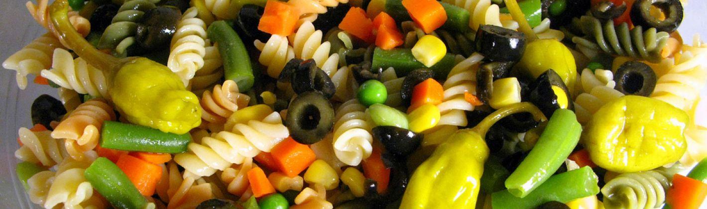 Ricetta insalata di pasta con olive, capperi e uova in salsa piccante ...