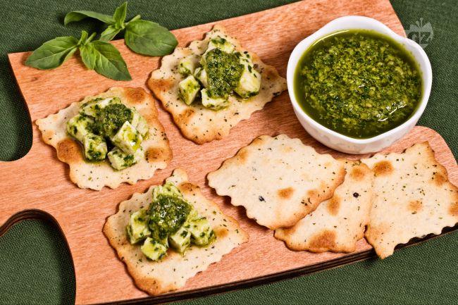 Ricetta sfoglie alle olive con insalata di pollo al verde