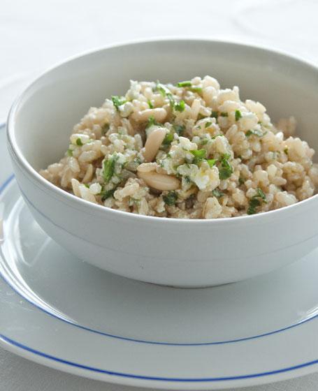 Insalata di riso con pesto alla rucola e caprino