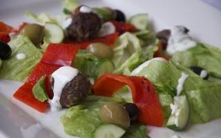 Ricetta polpette di agnello e insalata greca