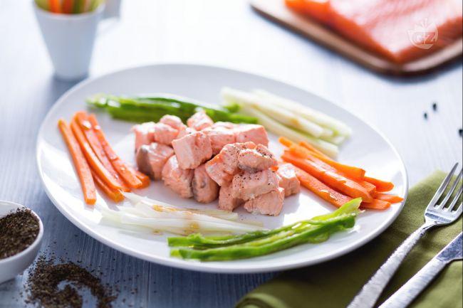 Ricetta bocconcini di salmone al tè verde con verdure
