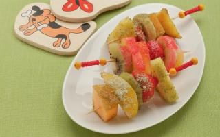 Ricetta spiedini di frutta fresca con zuccheri colorati