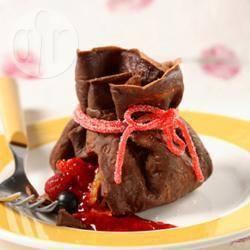 Sacchettini di crepes al cioccolato con frutta fresca