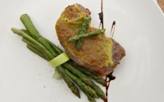 Ricetta manzo con zabaione alle erbe e asparagi