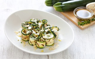 Ricetta rotolini di zucchine con mandorle e parmigiano