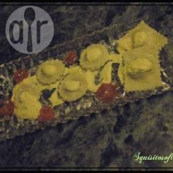 Ravioli ripieni di caprino, miele e champignon con salsa allo zafferano