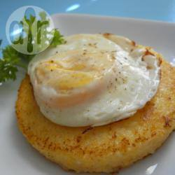 Polenta e uova al tegamino