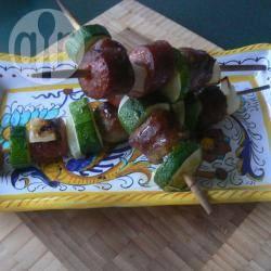Spiedini di zucchine e salsicce piccanti