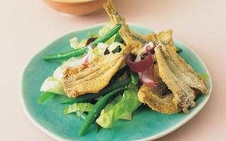 Ricetta fritto di alici, insalata di fagiolini, salsa di rafano e soia ...