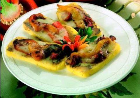 Crostoni di polenta con fontina, acciughe e peperoni
