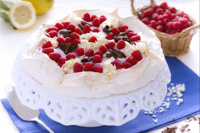 Ricetta pavlova allo yogurt, lamponi e cioccolato