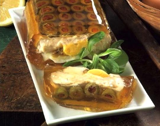 Aspic con uova sode, tonno, ricotta e olive