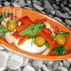 Caponata di peperoni e olive dolci con gamberoni su tappeto di ...