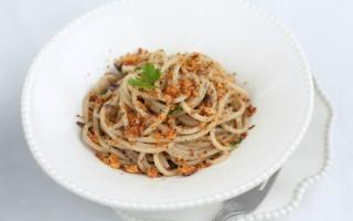 Ricetta spaghetti alla chitarra con olive, acciughe, limone e mollica ...