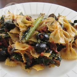 Pasta con bietole, olive e pomodori secchi