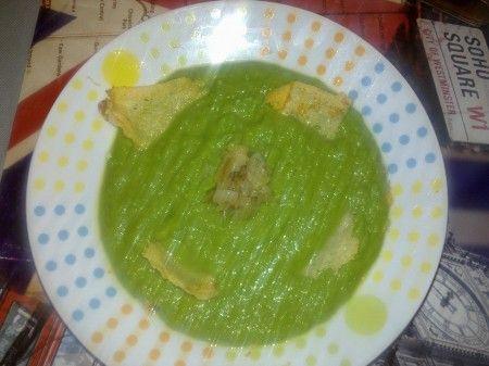 Ricetta crema di piselli con chips di parmigiano