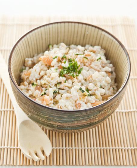 Insalata di riso tiepida con salmone affumicato e zucchine