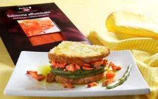 Ricetta tartare di salmone affumicato, pane tostato e fagiolini ...