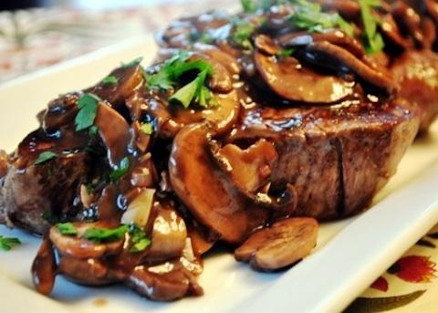 Filetti di manzo con panna e funghi
