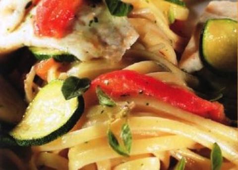 Linguine con rombo, zucchine e pomodoro