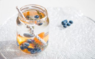 Ricetta acqua aromatizzata alle albicocche, mirtilli e lavanda ...