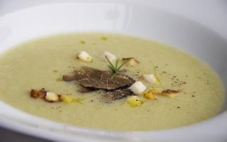 Ricetta zuppa di patate con tartufo e crema di acciughe