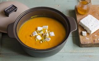 Ricetta zuppa speziata di zucca e carote con feta, miele e pistacchi ...