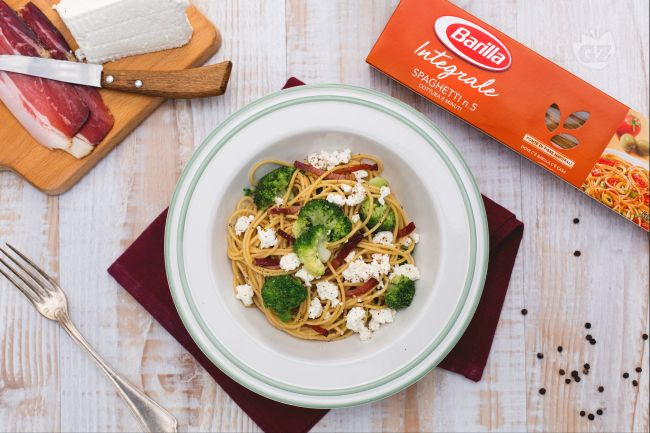 Ricetta spaghetti integrali con ricotta, broccoletti e speck croccante ...