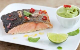 Ricetta filetto di salmone alla griglia con peperoncini e purè di ...