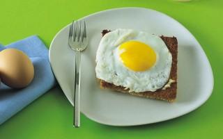 Ricetta uova fritte su pancarrè dorato e burro d'acciuga
