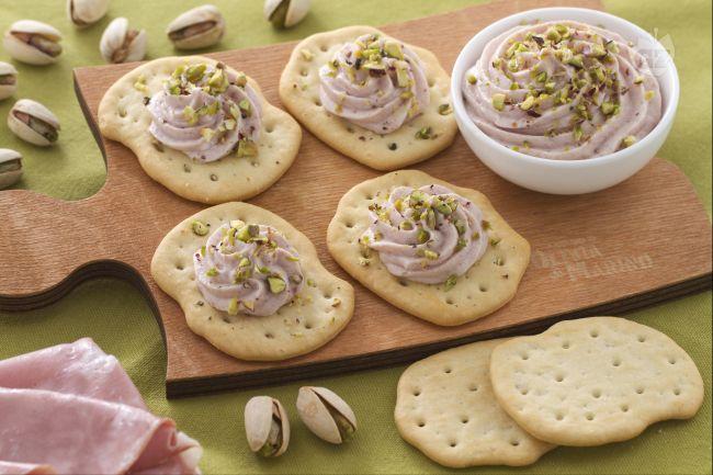 Ricetta schiacciate con crema di mortadella e pistacchi