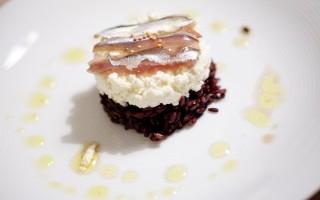 Ricetta riso venere croccante, ricotta di capra e alici marinate al ...