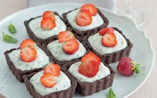 Ricetta crostatine al cacao con fragole e menta