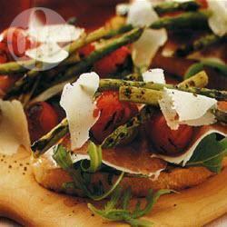 Bruschetta primaverile con asparagi e pomodorini