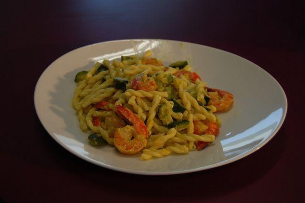 Ricetta pasta con gamberetti, zucchine e curry